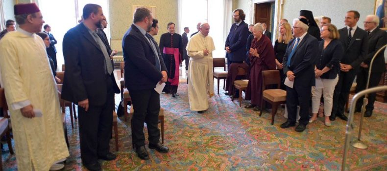 El diálogo entre religiones es una condición necesaria para la paz, afirma el Papa